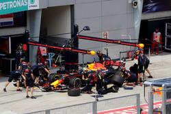 Daniel Ricciardo, Red Bull Racing RB13 s'arrête au stand
