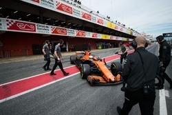 Fernando Alonso, McLaren MCL32 aux stands