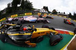 Nico Hulkenberg, Renault Sport F1 Team RS17, battles, Sergio Perez, Sahara Force India F1 VJM10, Esteban Ocon, Sahara Force India F1 VJM10