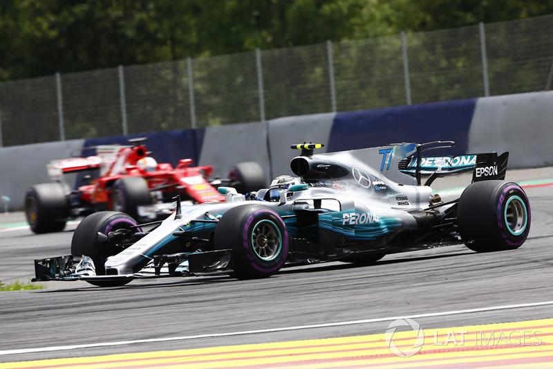 Валттері Боттас, Mercedes AMG F1 W08, попереду Себастьяна Феттеля, Ferrari SF70H