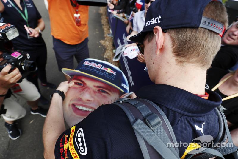 Max Verstappen, Red Bull Racing, firma de autógrafos para los aficionados