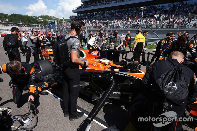 Engineers prepare Stoffel Vandoorne, McLaren MCL32