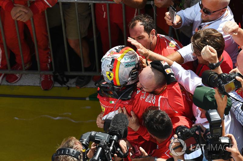 Ganador de la carrera Sebastian Vettel, Ferrari celebr en parc ferme