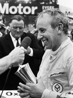 Winner John Surtees, Surtees TS9 - Cosworth recieves the Gold Cup