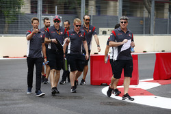 Romain Grosjean, Haas F1 Team camina por el circuito con el equipo