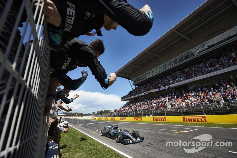 Lewis Hamilton, Mercedes AMG F1 W08 ganador cruza la línea de meta para el deleite de su equipo