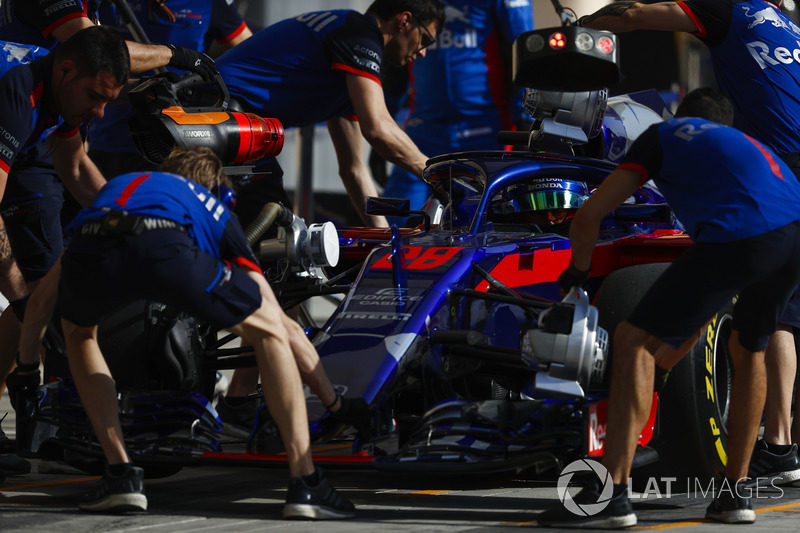 Brendon Hartley, Toro Rosso STR13 Honda, in the pits during practice