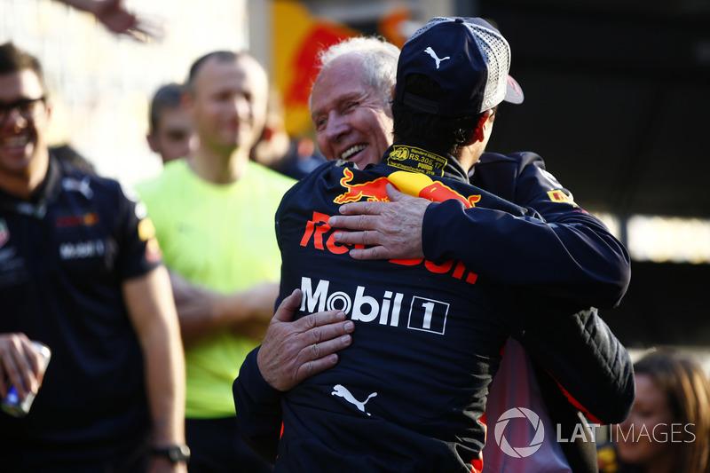 Helmut Markko, Consulente, Red Bull Racing, si congratula con il vincitore, Daniel Ricciardo, Red Bull Racing