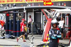 Sebastian Vettel, Ferrari, camina hacia el garaje del equipo después de chocar