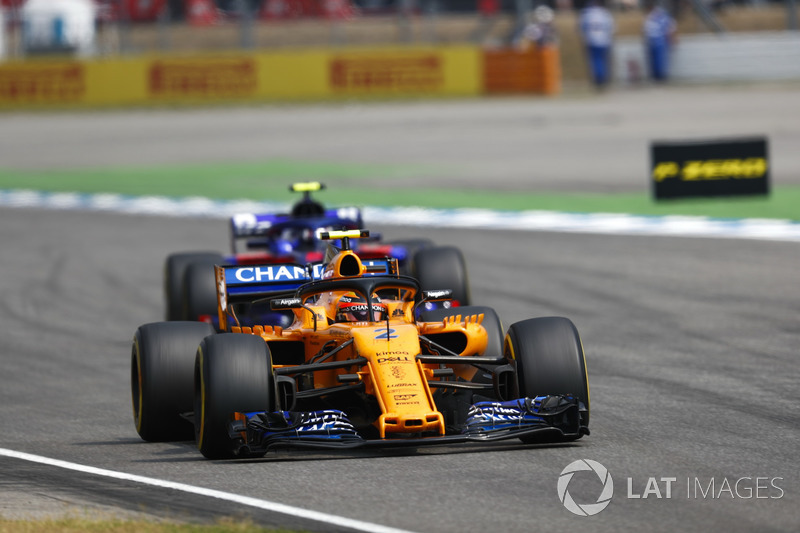 Stoffel Vandoorne, McLaren MCL33, Pierre Gasly, Toro Rosso STR13