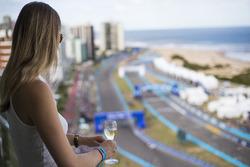 Dames drinken Mumm Champagne en bekijken de race