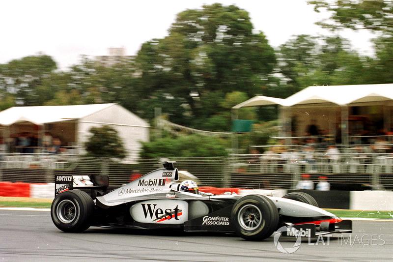 В McLaren лишь успели передать Мике, чтоб тот проезжал пит-лейн без остановки. Но время уже было потеряно, и новым лидером Гран При Австралии стал Култхард. Шотландец опережал напарника на 13 секунд
