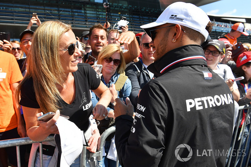 Lewis Hamilton, Mercedes-AMG F1 signe des autographes pour les fans