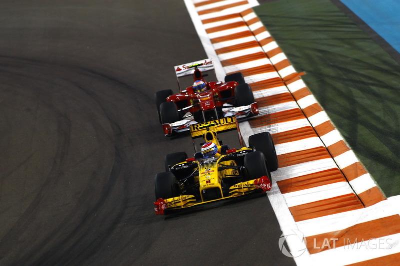 Vitaly Petrov, Renault F1 Team R30, davanti a Fernando Alonso, Ferrari F10