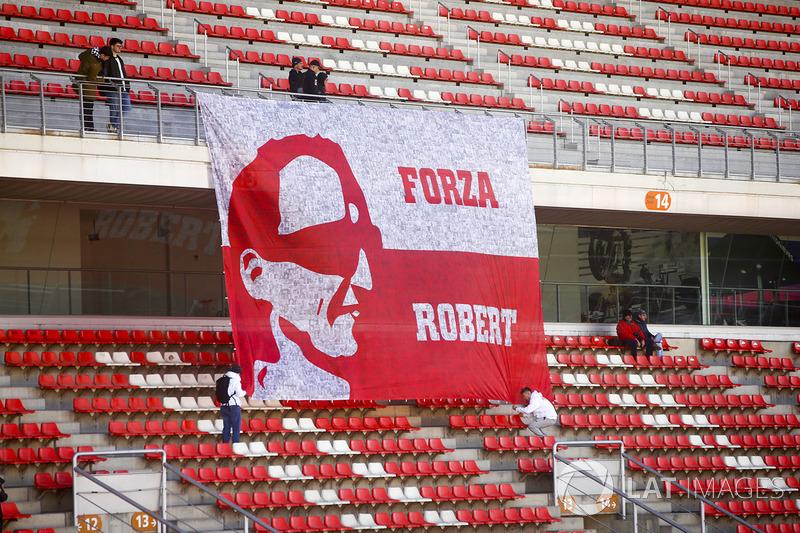 Los fanáticos amarran una bandera en apoyo de Robert Kubica, Williams FW41