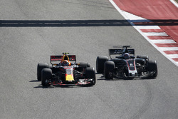 Max Verstappen, Red Bull Racing RB13 and Romain Grosjean, Haas F1 Team VF-17 battle