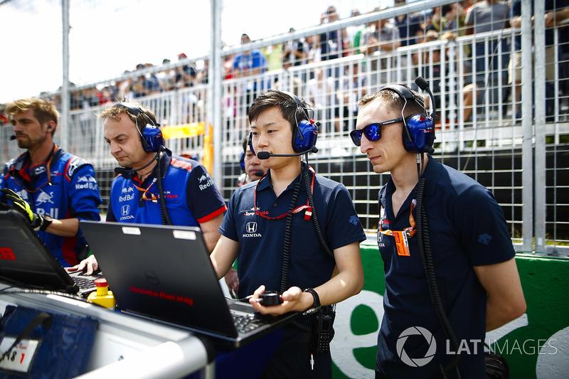 Toro Rosso Honda engineers on the grid