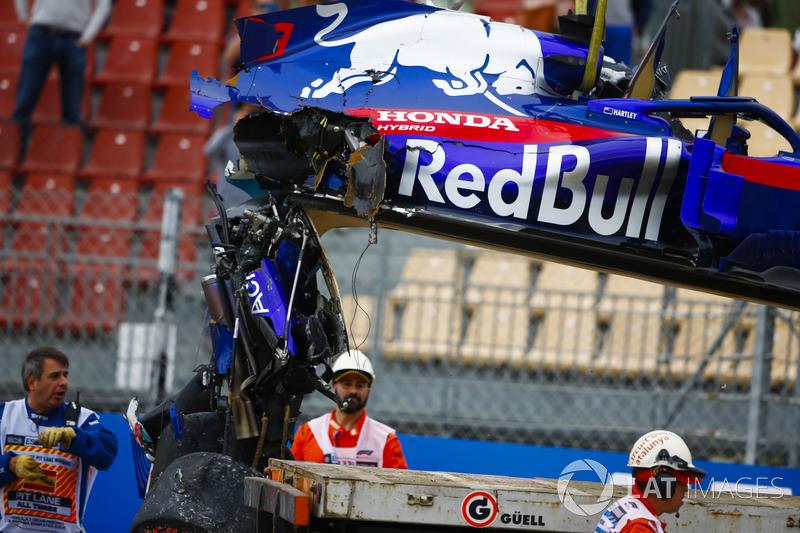 Mobil Brendon Hartley, Toro Rosso STR13, diangkut setelah kecelakaan parah di FP3