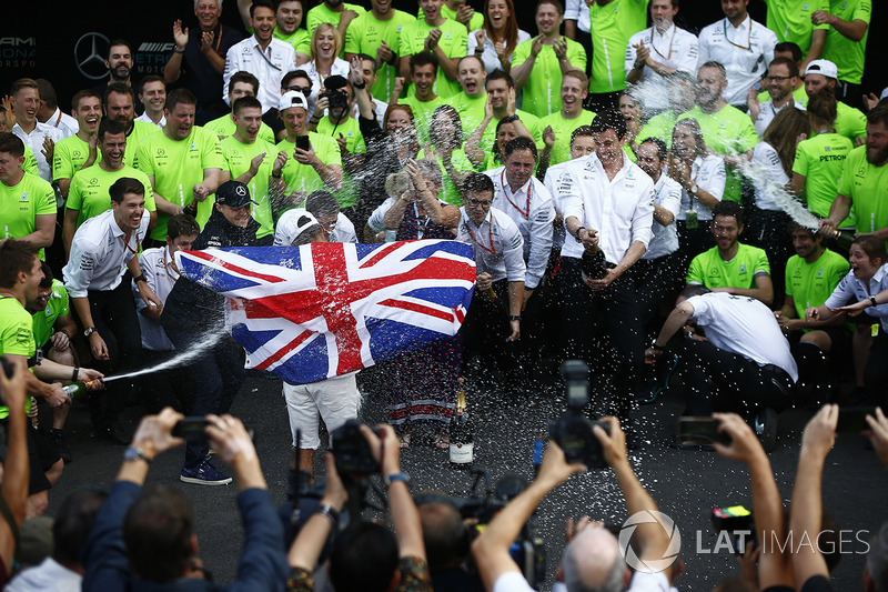 Campeón del mundo 2017 Lewis Hamilton, Mercedes AMG F1 con el equipo