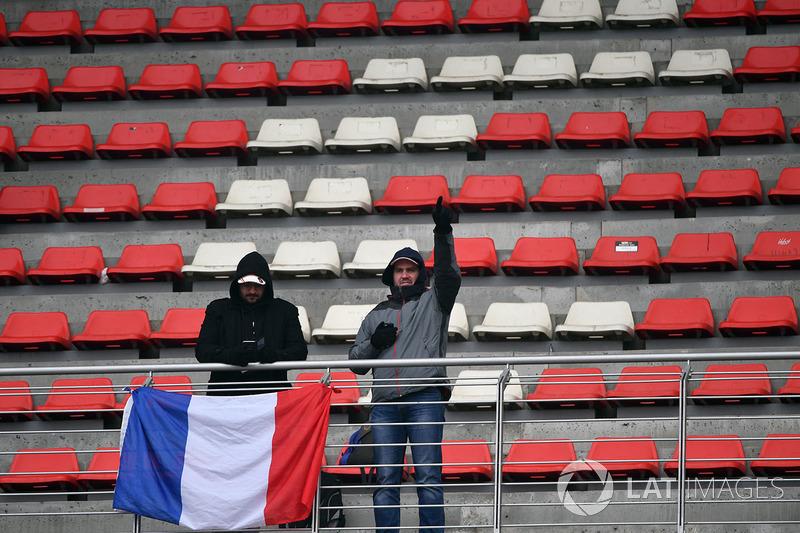 Fans con una bandera francesa