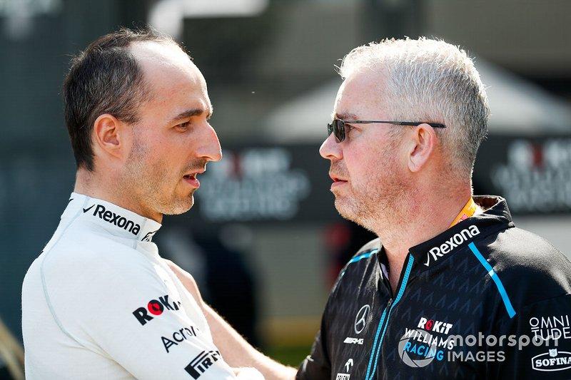 Robert Kubica, Williams Racing, parla con un membro del team