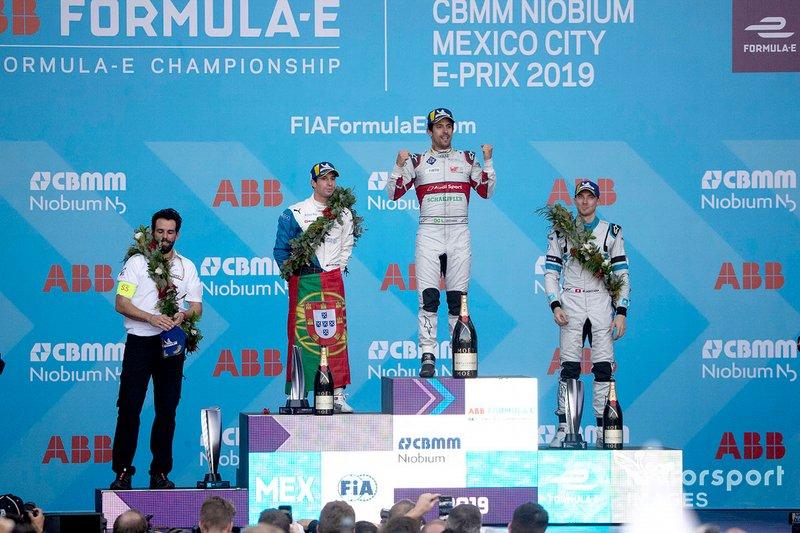 Il vincitore della gara Lucas Di Grassi, Audi Sport ABT Schaeffler, festeggia sul podio con Antonio Felix da Costa, BMW I Andretti Motorsports, 2° classificato, Edoardo Mortara, Venturi Formula E, 3° classificato, e il suo ingegnere di pista Markus Michelberger