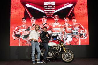 Claudio Domenicali, AD Ducati Motor Holding, sul palco con Andrea Dovizioso e il Monster 1200 25° Anniversario