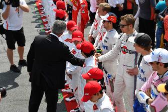 Chase Carey, directeur exécutif du Formula One Group et Sergey Sirotkin, Williams Racing sur la grille
