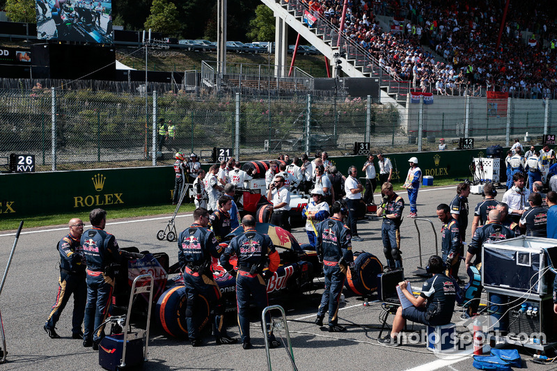 Daniil Kvyat, Scuderia Toro Rosso STR11 in griglia