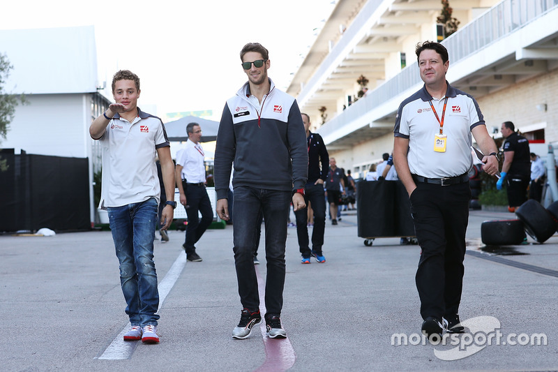 Charles Leclerc, piloto de pruebas de equipo de Haas F1 con Romain Grosjean, Haas F1 Team y Dave o ' Neill, Director de equipo del equipo de Haas F1