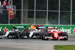 Себастьян Феттель, Ferrari SF16-H едет впереди Льюиса Хэмилтона, Mercedes AMG F1 W07 Hybrid и Нико Росберга, Mercedes AMG F1 W07 Hybrid на старте гонки