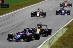Daniil Kvyat, Scuderia Toro Rosso STR12, Nico Hulkenberg, Renault Sport F1 Team RS17