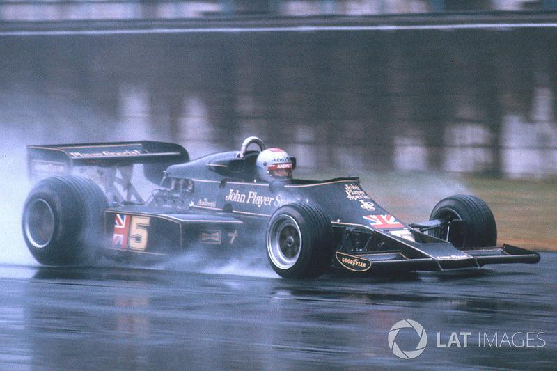 Из-за сильного ливня на последнем этапе сезона-1976 в Японии претендовавший на титул Ники Лауда добровольно сошел уже на втором круге. Его соперник Джеймс Хант финишировал третьим и стал чемпионом. А выиграл гонку Марио Андретти (на фото)