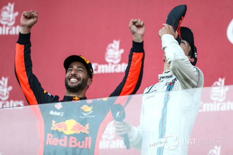 Podio: ganador de la carrera Daniel Ricciardo, Red Bull Racing, y el tercer lugar Lance Stroll, Williams toma champaña de la bota del ganador Daniel Ricciardo