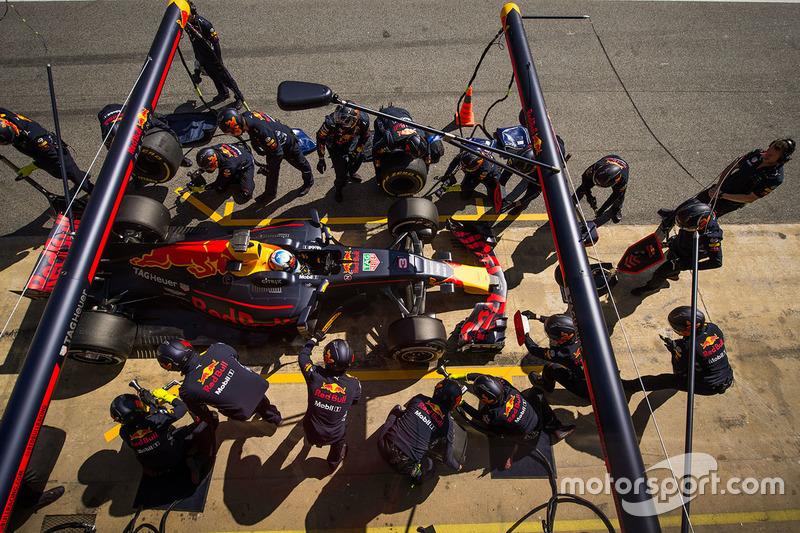 Daniel Ricciardo, Red Bull Racing RB13 s'arrête aux stands