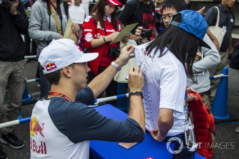 П'єр Гаслі, Scuderia Toro Rosso, роздає автографи