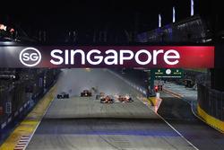 Kimi Raikkonen, Ferrari SF70H va a sbattere contro Max Verstappen, Red Bull Racing RB13 nel primo giro