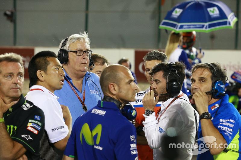 CEO de IRTA Mike Trimby,  con los managers de equipos