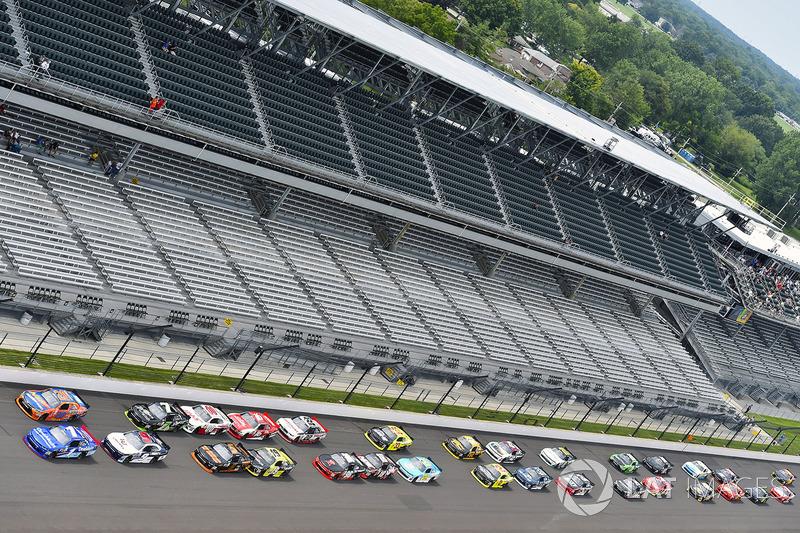 Elliott Sadler, JR Motorsports Chevrolet y Erik Jones, Joe Gibbs Racing Toyota