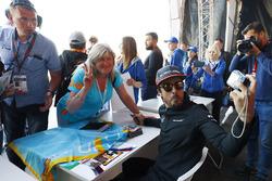 Fernando Alonso, McLaren, toma una fotografía para un fan