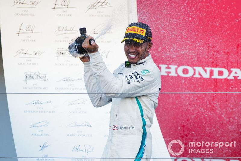 Il vincitore della gara Lewis Hamilton, Mercedes AMG F1, spruzza lo Champagne, sul podio