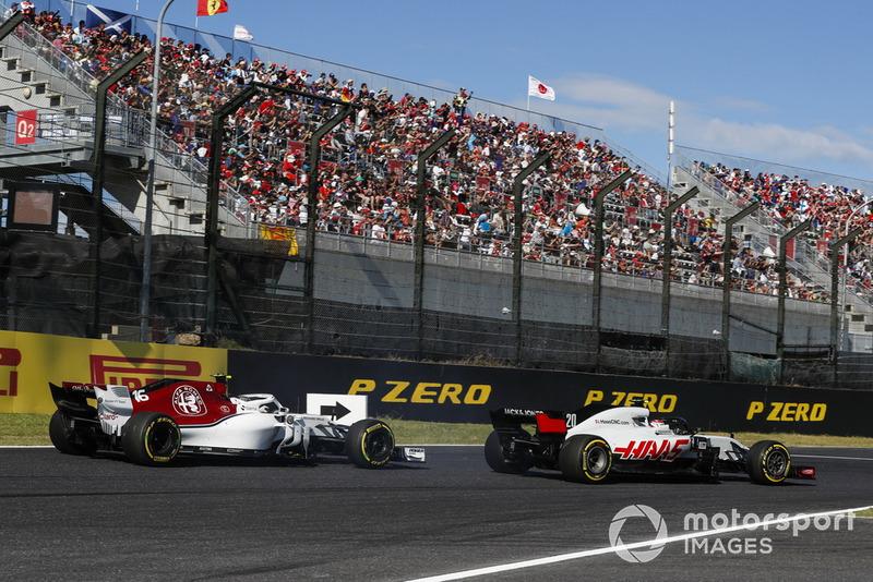 Leclerc y Magnussen se tocan en la vuelta 2