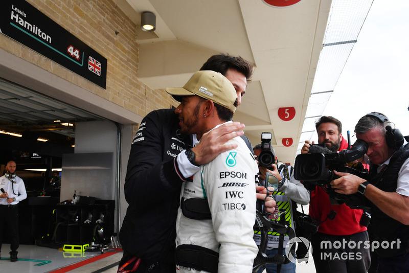 Lewis Hamilton, Mercedes AMG F1 e Toto Wolff, Direttore del Motorsport, Mercedes AMG F1 , festeggiano la Pole Position