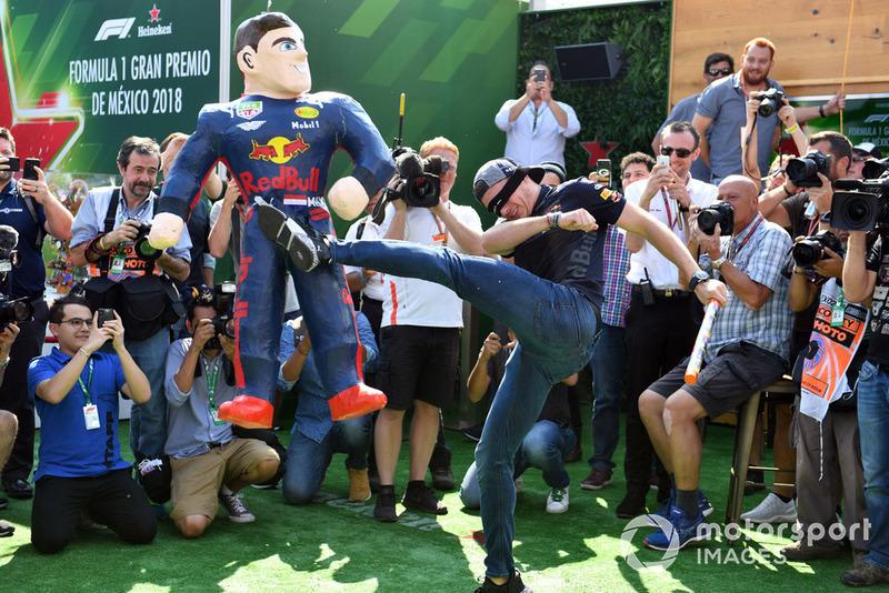 Max Verstappen, Red Bull Racing le pega a su piñata