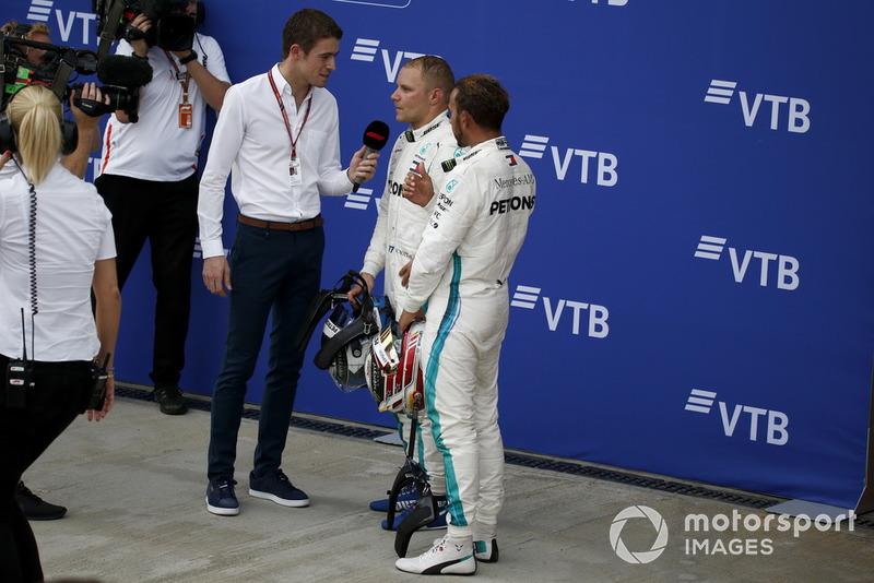 Paul di Resta, Sky TV conversa con Lewis Hamilton, Mercedes AMG F1 y Valtteri Bottas, Mercedes AMG F1 en parc ferme