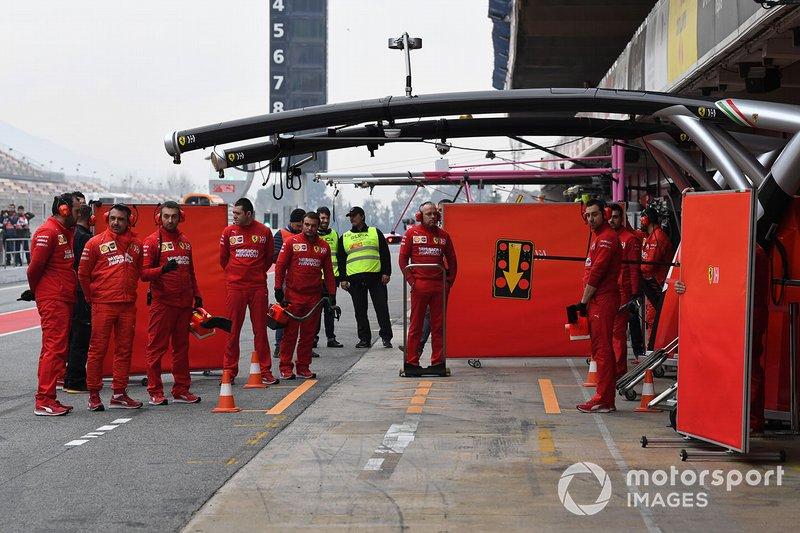Les mécaniciens Ferrari cachent la monoplace