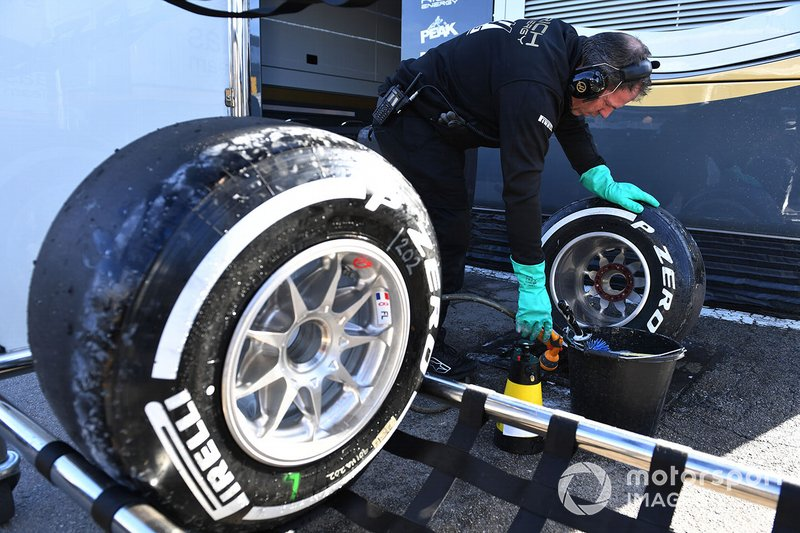 Mecánicos de Mercedes-AMG F1 limpian las ruedas Pirelli