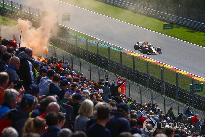 Max Verstappen, Red Bull Racing RB14, passe devant ses fans et un fumigène orange