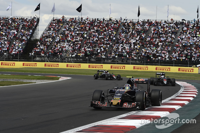 Carlos Sainz, Scuderia Toro Rosso STR11, Fernando Alonso, McLaren MP4-31, Jenson Button, McLaren MP4-31