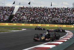 Carlos Sainz Jr., Scuderia Toro Rosso STR11, Fernando Alonso, McLaren MP4-31, Jenson Button, McLaren MP4-31